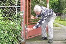 Sadař Edvard Polok z Horní Suché ukazuje, jak musel zajistit branku, kterou mu chtěli ukrást zloději.