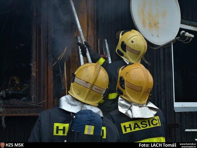 Zásah hasičů při požáru finského domku v Horní Suché. Snímek z 5. ledna 2013.