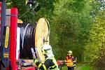 Náklaďák museli vyprostit hasiči.