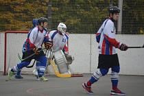 Hokejbalisté Karviné se dotahují na špici.