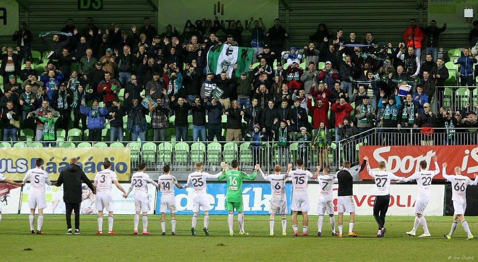 V posledním utkání 19. kola nejvyšší fotbalové soutěže porazili Karvinští (v bílém) Zlín 1:0.