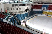 Příprava ledové plochy na zimním stadionu v Havířově.
