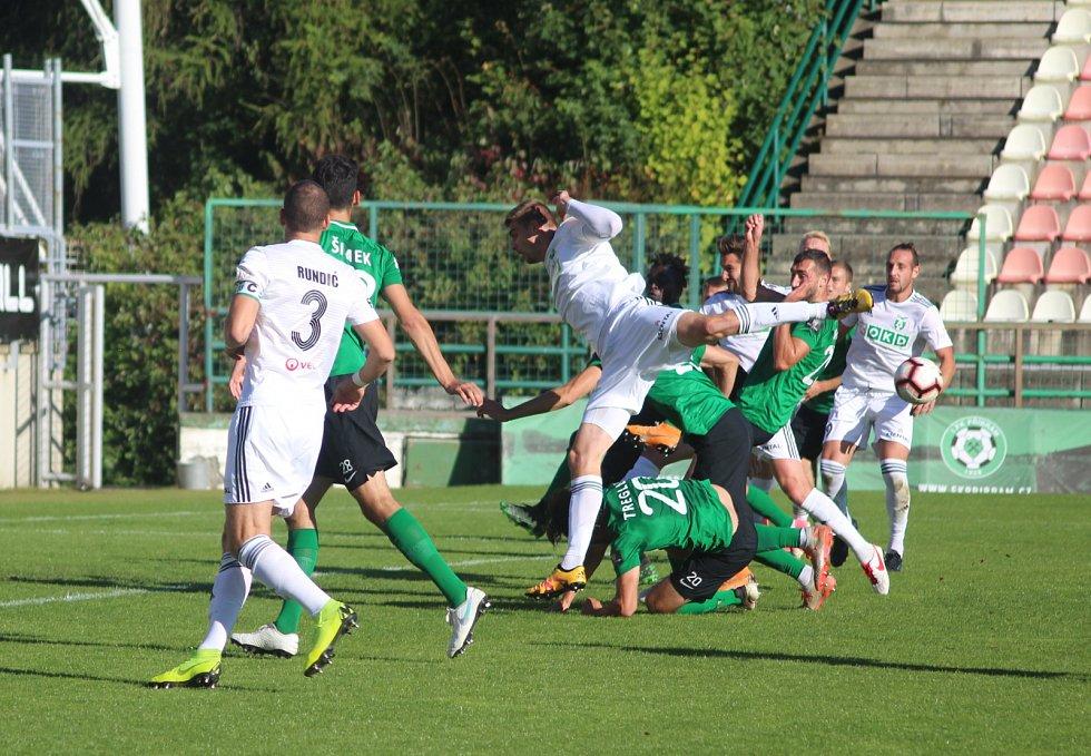 Karvinští fotbalisté (v bílém) vyhráli v Příbrami 2:0.