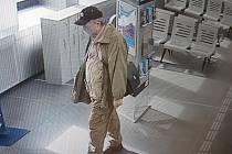 Ryszard Kantor na vlakovém nádraží.