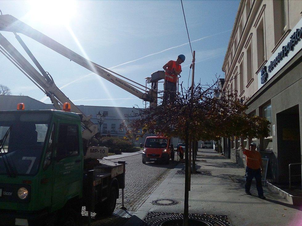 Vánoce se blíží a v Karviné již začali také s instalací vánoční výzdoby města.