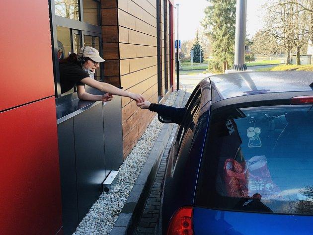 Třetí den provozu nového karvinského KFC. Prázdno uokének nebývá, právě naopak.