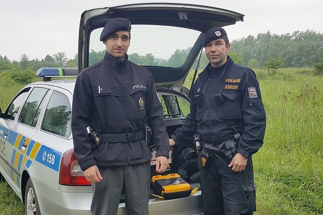 Karvinští policisté  Patrik Zmija a Martin Magyar zachraňovali ve středu život muže, kterého postihl srdeční kolaps.