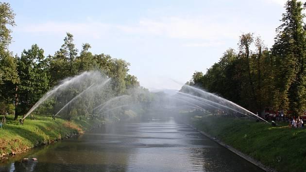 Vodní most přes Olši jako vzpomínka na utonulé hasiče, kteří pomáhali při povodních v 70. letech.