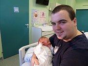 Radim Buroň zRychvaldu se 5. února narodil vtřinecké porodnici. Měřil 49 cm a vážil 3560 g. Na snímku vtatínkově náručí.