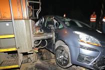 Následky srážky osobního automobilu s lokomotivou nákladního vlaku.