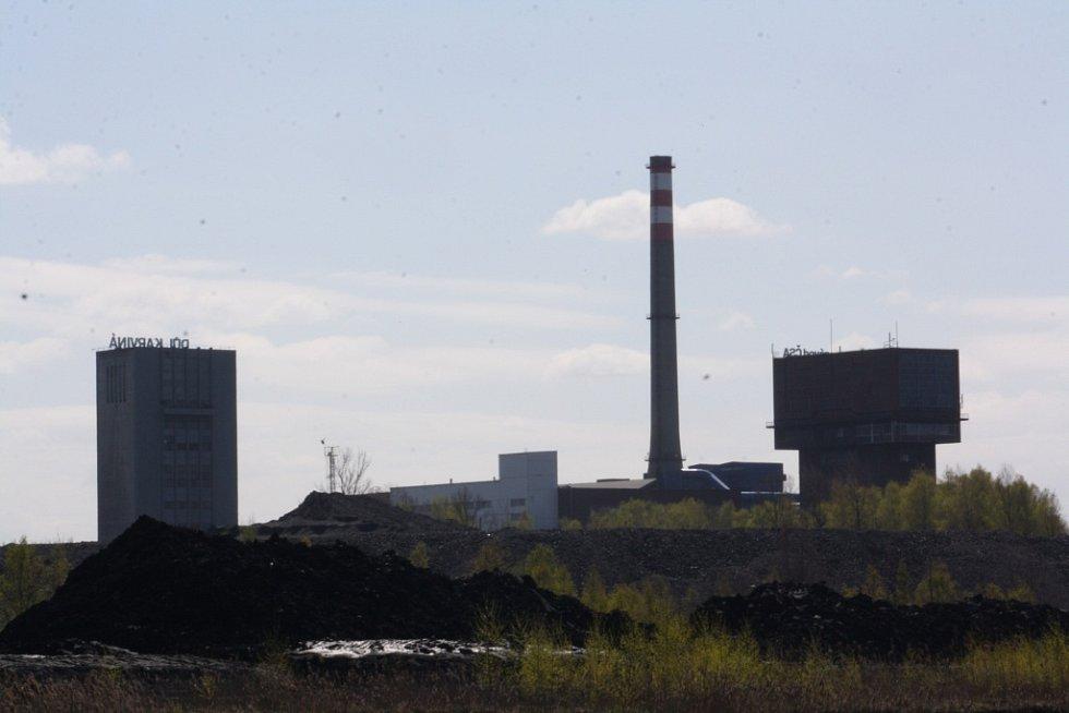 Uhelné kaly těží elektrický plovoucí bagr.
