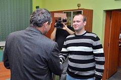 Místostarosta Bohumína Lumír Macura (vlevo) děkuje Pavlu Žiškovi.