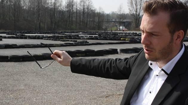 Vedoucí odboru investic havířovského magistrátu Radoslav Basel ukazuje na plochu, kde bude dopravní hřiště.