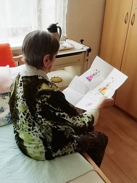 Dětští tanečníci zbohumínského souboru Radost & Impuls vzali do ruky tužku a papír a začali psát seniorům vřelé dopisy. Adědečci sbabičkami jim spontánně odepisují.
