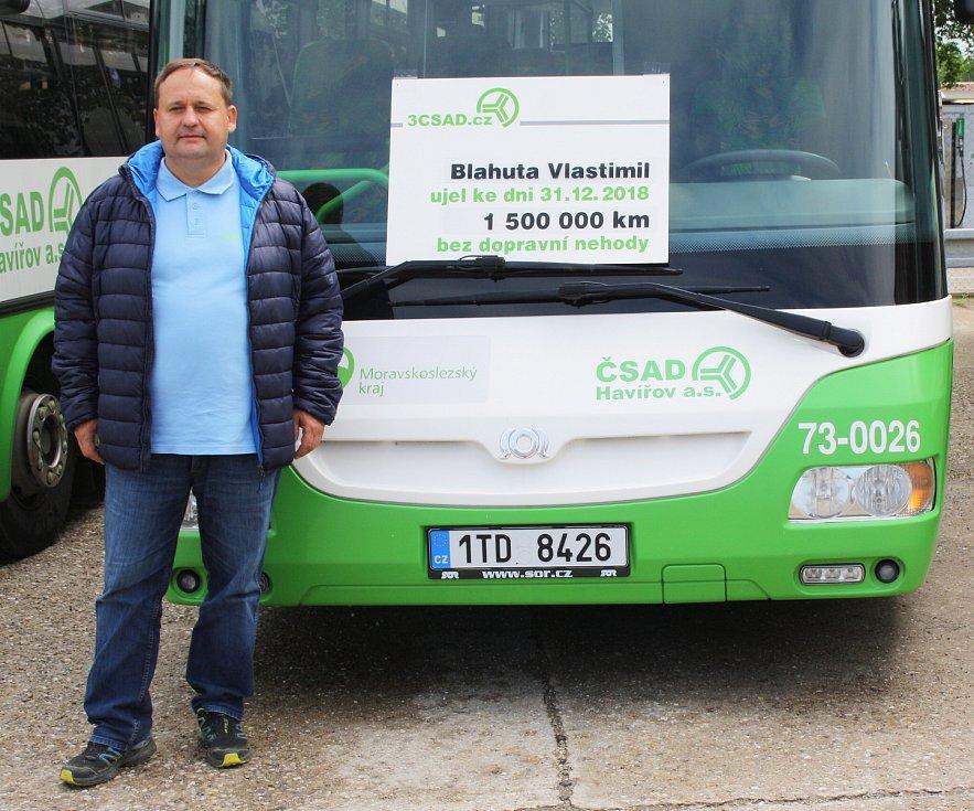 Celkem devatenáct řidičů autobusů, kteří v práci ujeli více jak milion kilometrů bez nehod, ocenilo vedení společnosti 3ČSAD.