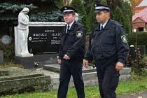 Strážníci v některých městech na Karvinsku v těchto dnech častěji než jindy kontrolují hřbitovy, někdy tam dokonce i nocují.