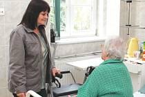Paní Emilie Ciencialová se v důchodu našla – jako dobrovolnice dělá společnost pacientům v českotěšínské nemocnici.