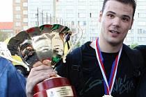 Nemanja Marjanovič s pohárem.