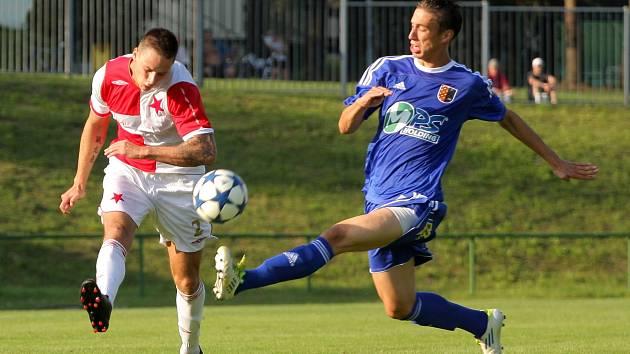 Orlovští fotbalisté (sešívané dresy) remizovali doma smolně s Prostějovem 2:2.