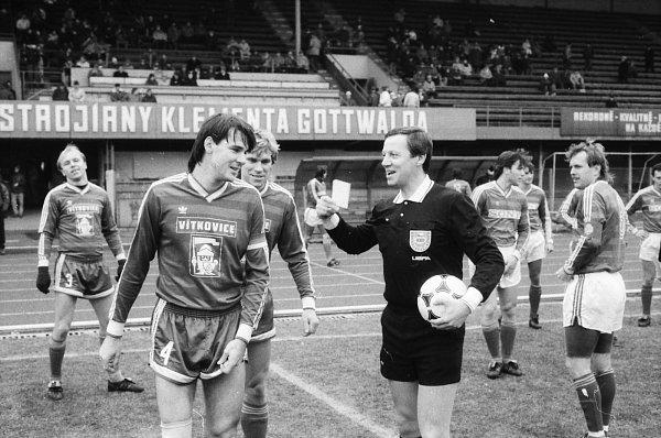 Snímek zkdysi populárního časopisu Stadion, kde Lubomír Vlk (vlevo) vtipkuje srozhodčím Liškou. Vzadu vlevo rozjařený Miroslav Kadlec.