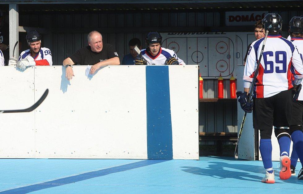 Karvinské hokejbalisty vede v nové sezoně Aleš Flašar. V sobotu se tým poprvé v nové sezoně představil doma.