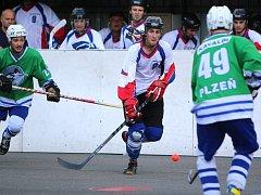 Karvinští hokejbalisté (v bílém) proti Plzni neuspěli.