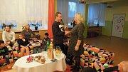 Nadílka radničního Ježíška se svátečním posezením v Dětském domově Sluníčko. Nadělovaly i děti.