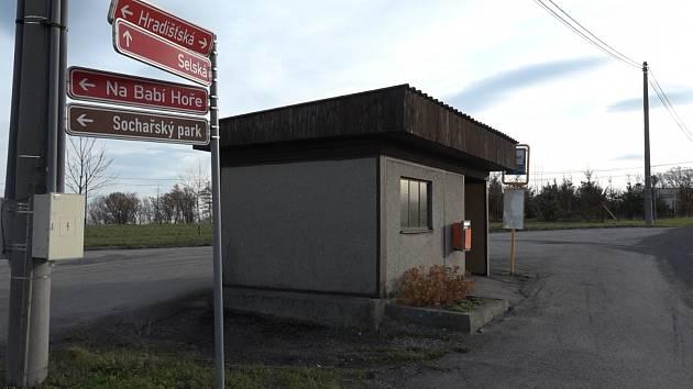 Zastávka v Těrlicku-Hradišti, kde zemřel postřelený mladík.