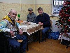 Českotěšínští bezdomovci povečeřeli o Štědrém večeru společně v Denním centru Behtel Slezské diakonie, a to díky penězům, které věnoval bývalý českotěšínský starosta Bohumil Muroň.
