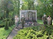 Kladení věnců k Památníku u kostela sv. Anny.