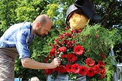 Zdobení alegorických vozů pro květinovou slavnost Havířov v květech.