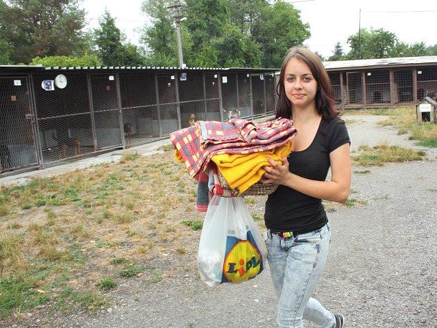Michaela Ďurišová nese část dek, které věnovali lidé pro zvířata v darkovském útulku.