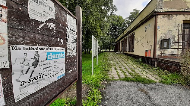 Karviná-Louky. Způvodní obce zbylo torzo poté, co její velká část padla v80. letech za oběť těžbě uhlí. Uzavřená prodejna potravin.