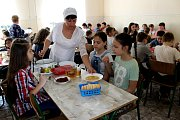 ADRA pomáhá dětem a rodinám v Mukačevu a okolí. Jídelna školy č. 2 na ulici T.G. Ševčenka v Mukačevu. Některé děti dostávají obědy placené českými dárci.