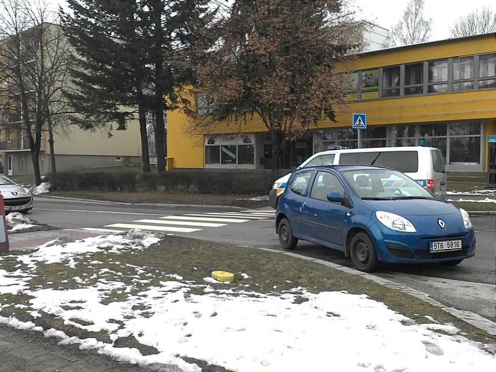 Nehoda na Okrajové ulici, při které řidič srazil dítě na přechodu.