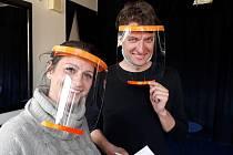 Ochranné štíty vyrobení 3D technologií používají také herci Těšínského divadla při zkouškách.