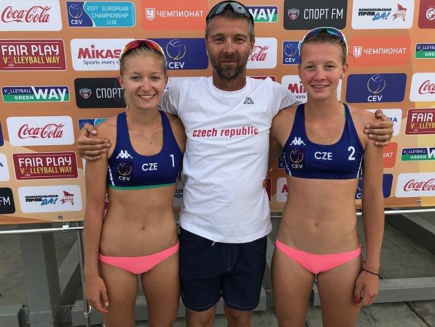 Zleva Šarlota Svobodová, trenér Michal Provazník a Karin Žolnerčíková.
