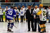 Milan Stonavský (druhý zprava) vhodil čestné buly sobotního svátečního mače.