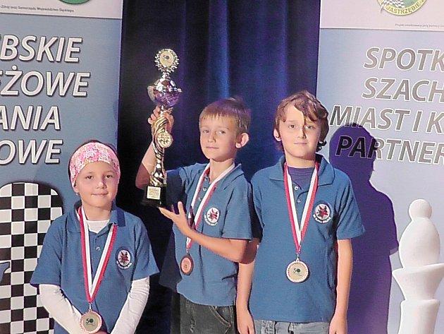 Mladí šachisté Orlové s pohárem pro třetí místo. Zleva Adéla Oršulíková, Jan Šebesta a Jiří Targosz.