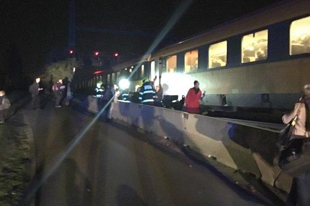Evakuace cestujících z vlaku.