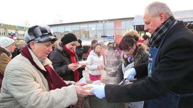 Primátor Havířova Zdeněk Osmanczyk nalévá polévku, kterou vařil.