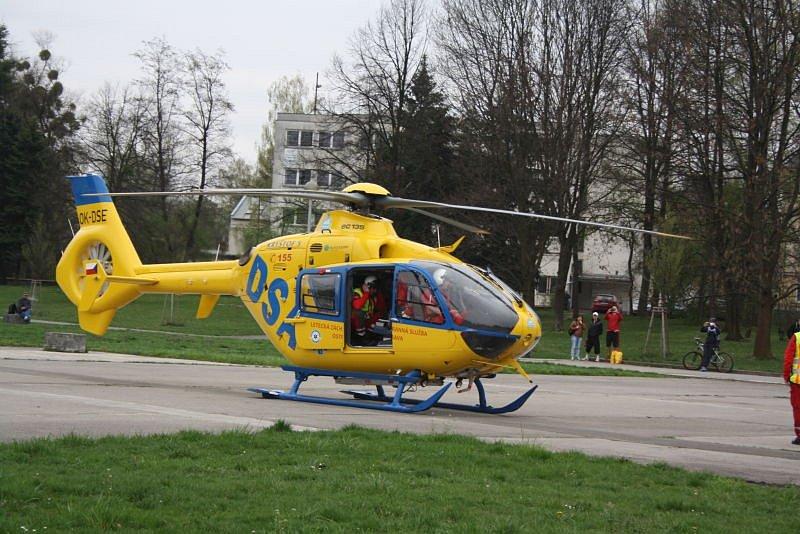 Posádka vrtulníku rychlé záchranné služby zasahovala ve středu dopoledne v Karviné, lékaři již ale žel danému muži nedokázali pomoci.