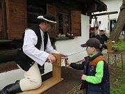 V pátek 1. května Kotulova dřevěnka v Havířově přivítala po zimní přestávce první návštěvníky, a to již tradičně Dnem řemesel. Letos se počasí zrovna moc nepovedlo, ale i tak po celý den přicházeli lidé, především rodiny s dětmi.