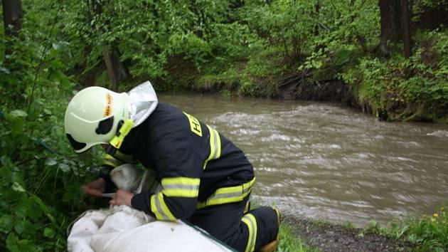 Těrličtí hasiči postavili v místní části Hradiště preventivní protipovodňovou hráz na potoku, který se při zvýšené hladině vylévá do chatové oblasti.