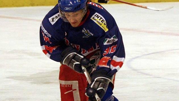 Hokejisté karvinského nováčka (na snímku Bursík) se propadli už na předposlední místo.