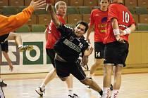 Mládežníci Baníku odehráli další kola svých soutěží. Na snímku pálí na bránu soupeře junior Vengřín.