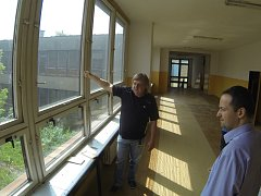Náměstek primátora Daniel Pawlas si společně s majitelem Boron School Jiřím Baronem prohlédl prostory bývalé zvláštní školy, kde se učiliště nastěhuje.
