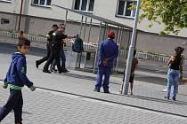Karvinští strážníci tentokrát vyrazili za lidmi přímo do lokality náměstí Budovatelů, aby v besedě na ulici vyslechli jejich stížnosti a podněty.