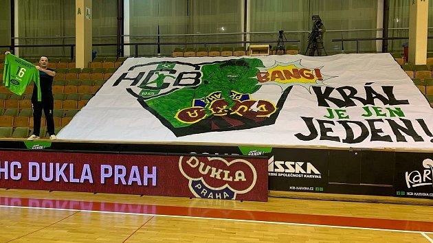 Ikdyž fanoušci Baníku vhale chyběli, nechali karvinským hráčům na sedadlech aspoň povzbudivý transparent.