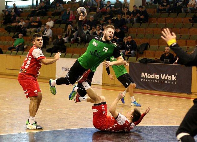 Jan Užek (vzeleném) se už zapojil po svém zranění zase do hry.